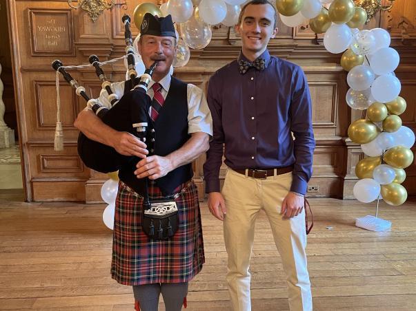 年轻的哈里斯学院毕业生Kurt Mueller, 2021, 获伍德沃德奖学金赴英国哈拉克斯顿学院学习. 这里是他和一位风笛手在国外学习的经历.